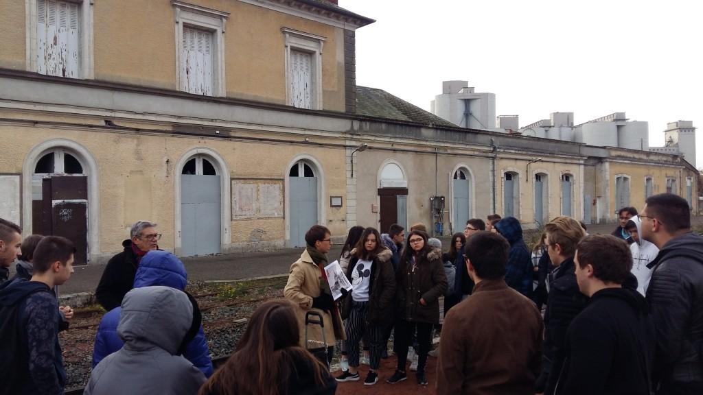 Les élèves devant la gare de Pithiviers.
