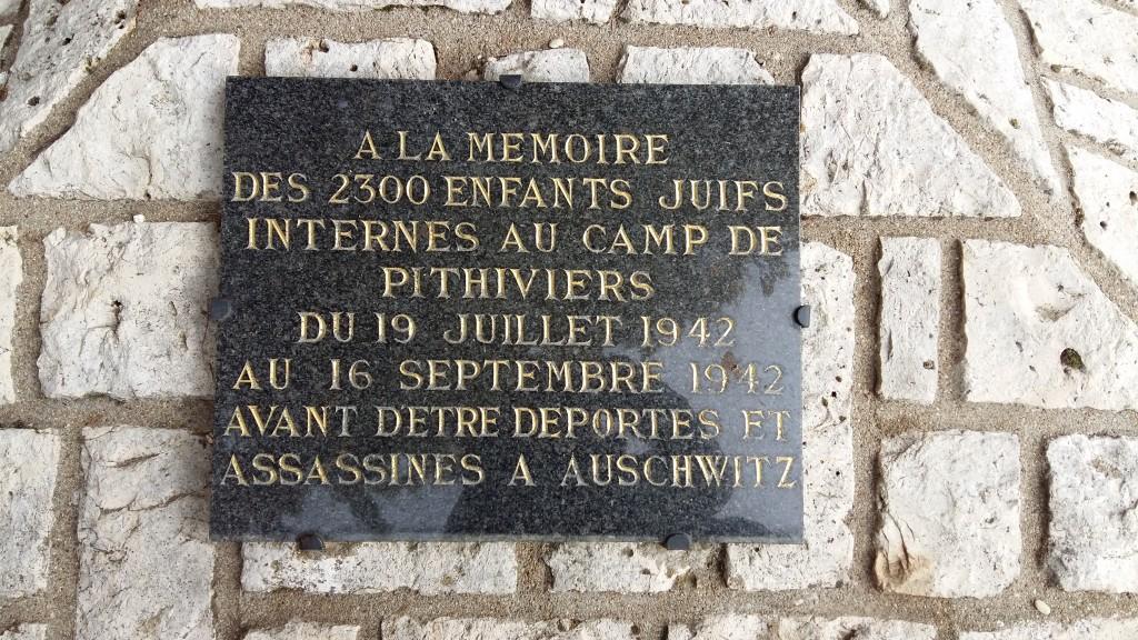 Plaque commémorative sur le site de l'ancien camp d'internement de Pithiviers.